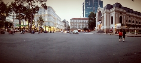 Duduk santai di kursi liliput Ho Chi MinhCity